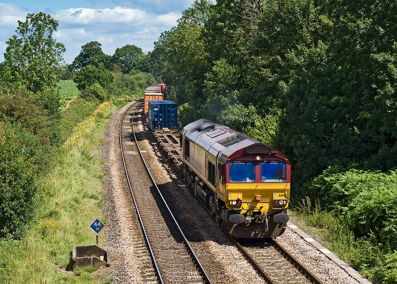 30th Jul 07:  66147 brings the late running 4O53 Intermodal from Wakefield to Southampton through Silchester
