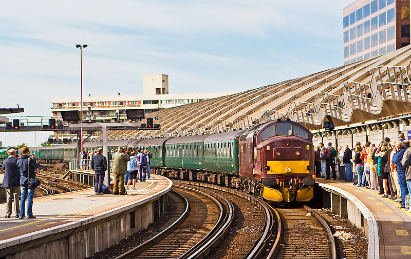 8th Jul 07:  West Coast Railways 37248 brings the stock into Platform 19 at Waterloo
