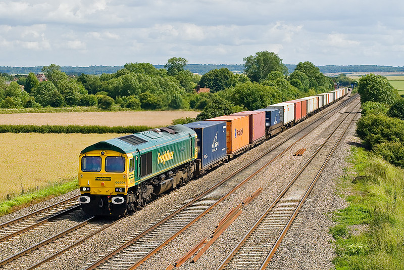 28th Jun 07:  With the buffers still showing traces of white from the preparation for it's recent naming ceremony 66594 brings 4M61 the 13.00 Southampton to Trafford Park passed Cholsey Manor Farm