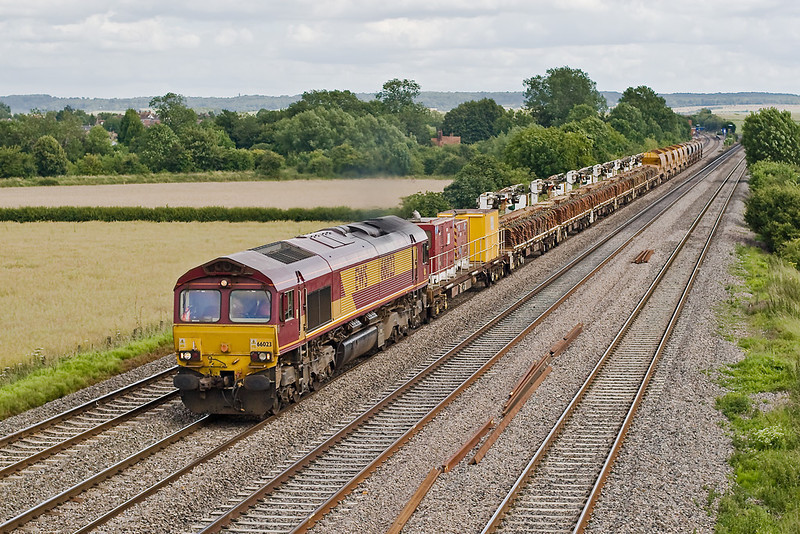 28th Jun 07:  66023 makes for Hinksey with a consist of new metal sleepers an d Autoballasters. Departmental 6V27 starts from Eastleigh