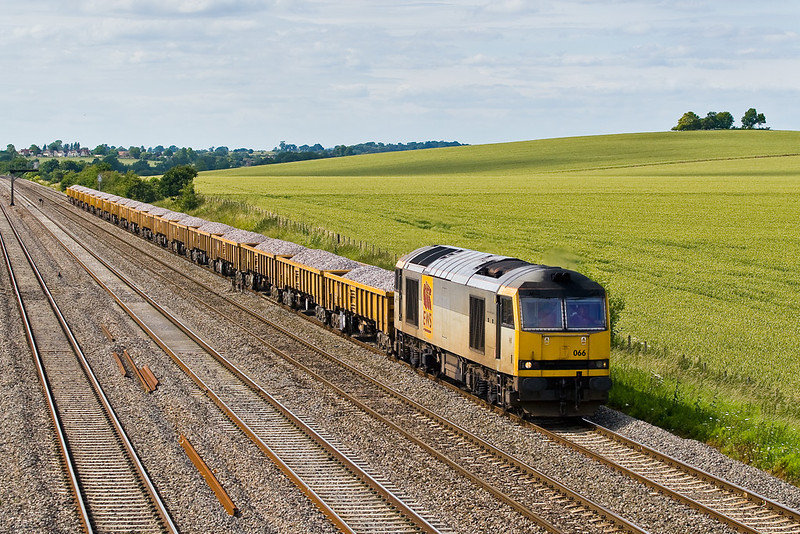 28th Jun 07: 60066 was a pleasant surprise as it brings 6Z59 from Oxford Banbury Road to Westbury departmental towards Reading.  It will then head down the Berks and Hants line
