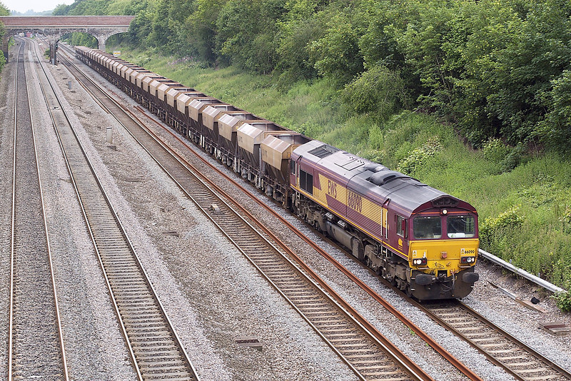 7th Jun 07:  A very unusual sight as 66090 brings the empty Gunnels and VTG hoppers back up the relief. Normally this stock returns to East Usk from Hayes and it got as far as Didcot when it was realised that today they should have gone to Acton !  Captured here on the return.
