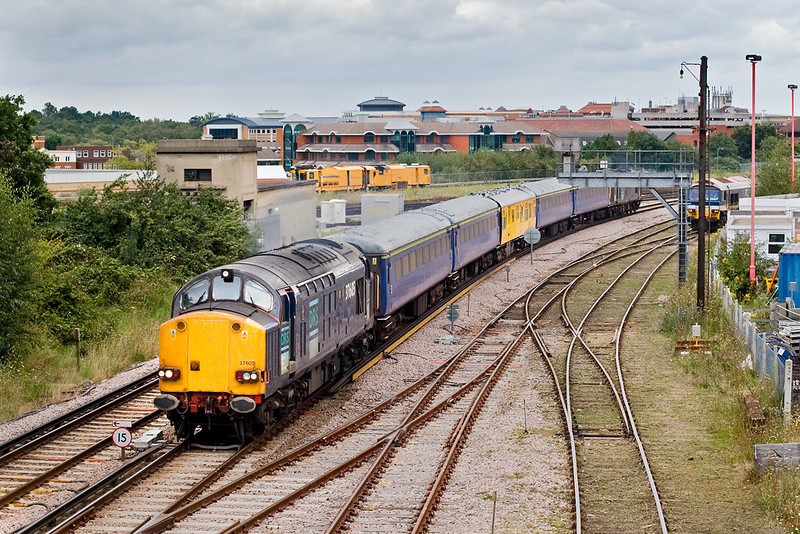 30th Aug 07:  The Serco test train, Top & Tailed by 37605 & 37606, accelerates away from Woking and is heading for Portsmouth. Running as  1Q14 the return will also include a trip from Guildford to Aldershot and back.