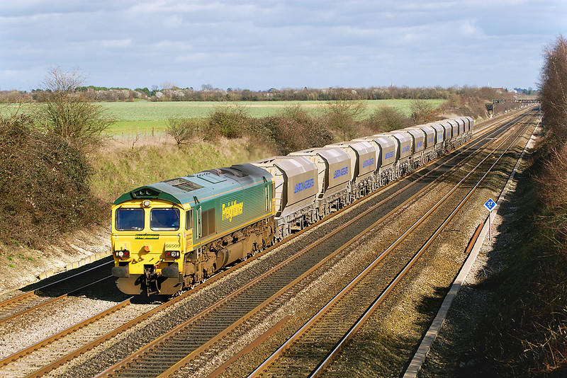 1st Mar 07: With a neat raft of Bardon Agregates hoppers 66509 heads 6M15 Brentford to Bardon Hill.  This service uaually runs via the Midland Main Line