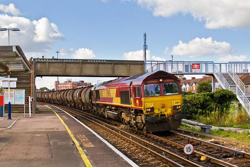 26th Sep 07: 66117 runs through Millbrook station hauling 6M23 from Fawley to Washwood Heath