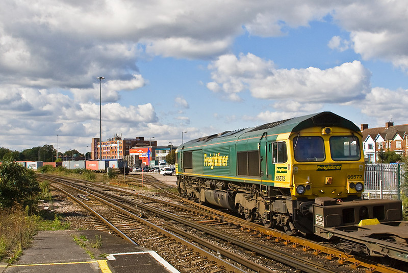 26th Sep 07:  66572 enters Millbrook Terminal with 4O51 from Wentloog