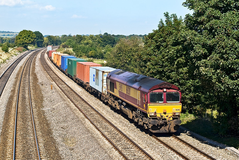 13th Sep 07:  66210 is on the point of a south bound Intermodal wotking at Lower Basildon