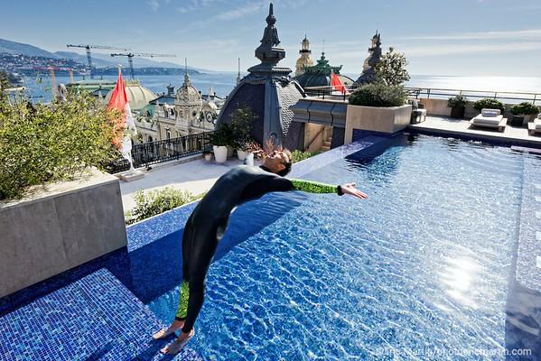 MONACO. L' apnéiste monégasque Pierre Frolla,  auteur de quatre records du monde, plonge dans la piscine de la suite Prince Rainier III de l'Hôtel de Paris Monte-Carlo.