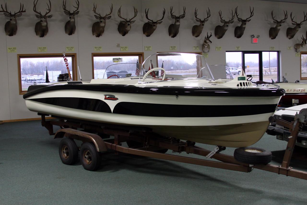 IMG_6737_Black_white_boat