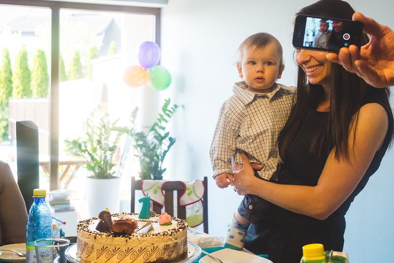 wspaniały tort, wspaniali ludzie, wspaniały dzień i wspaniały młody człowiekl, z którego powodu to spotkanie...
