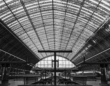London - St Pancras Station - B&W