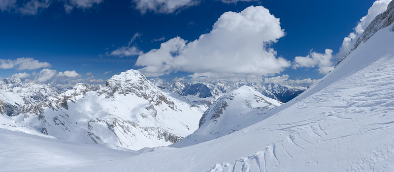 Qui siamo nei pressi del Monte Forato / Prestreljenik, che però è alle nostre spalle. Al centro il Monte Leupa. Al sinistra in basso c'è la sella Prevala.