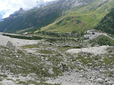 La postazione Vonbank vista dal sentiero dei kaiserjager, verso il passo Falzarego