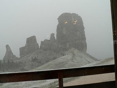Nevicata alle 5 Torri - vista da dentro il rifugio Scoiattoli