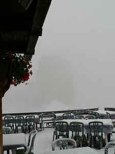 La torre si intravede appena - nevica proprio fitto