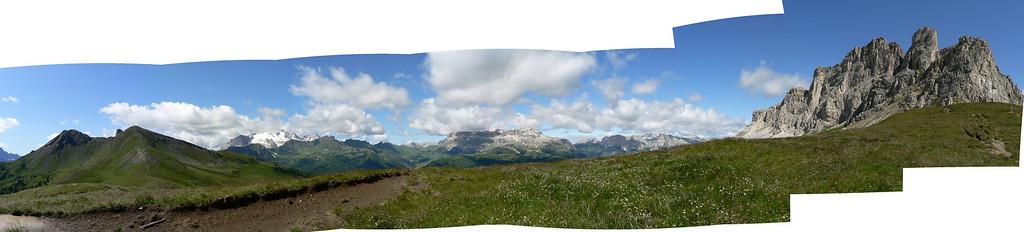 In marcia verso il Col di Lana, visibile a sinistra