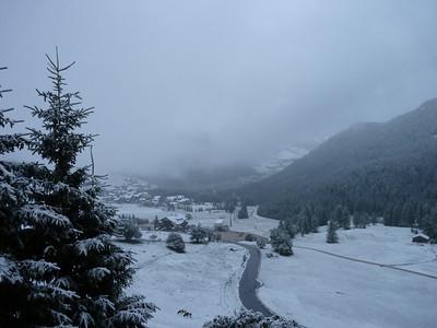 Dalla mia camera d'albergo: da Colfosco guardando il Pralongià la mattina presto - 3  Noytate che a Coldosco è nevicato: a Corvara (50 metri più bassa) no.