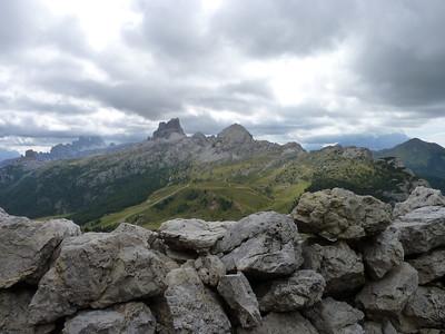 Panorama dalle postazioni austriache sopra passso Falzarego verso Averau e Cinque Torri