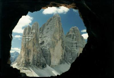 tre Cime di lavaredo da un oblò nella roccia del Monte Paterno