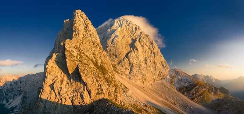 Mangart al tramonto, da nord.<br /> Alpi Giulie<br /> <br /> Foto n. 280808-830799