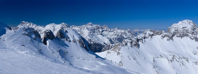 Qui siamo nei pressi del Monte Forato / Prestreljenik, che però è fuori campo.<br /> A sinistra la Cima Pecorelle, a destra il Monte Leupa.<br /> Al centro in basso c'è sella Prevala.<br /> All' orizzonte il gruppo del Montasio e quello dello Jof Fuart, del quale al centro si vede la forma vagamente piramidale.<br /> <br /> ALPI GIULIE<br /> <br /> Foto Claudio Costerni n. 070406-636325