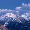 Alpi Giulie, di sera dopo il tramonto.<br /> a sinistra: Cima del Lago, <br /> al centro: Cima Cacciatore ed il Lussari illuminato, <br /> a destra nella zona centrale: Cime delle Rondini e Cime Vergini, <br /> a destra in alto:  Cima Alta di Riobianco, Cima Grande della Scala, Cima del Vallone e Cima di Riofreddo, <br /> <br /> visti dal monte Acomizza 080412-206600