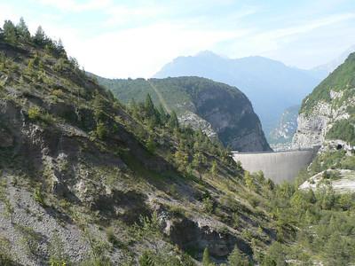 La diga A sinistra, quello che sembra il fianco di una montagna è una parte della frana
