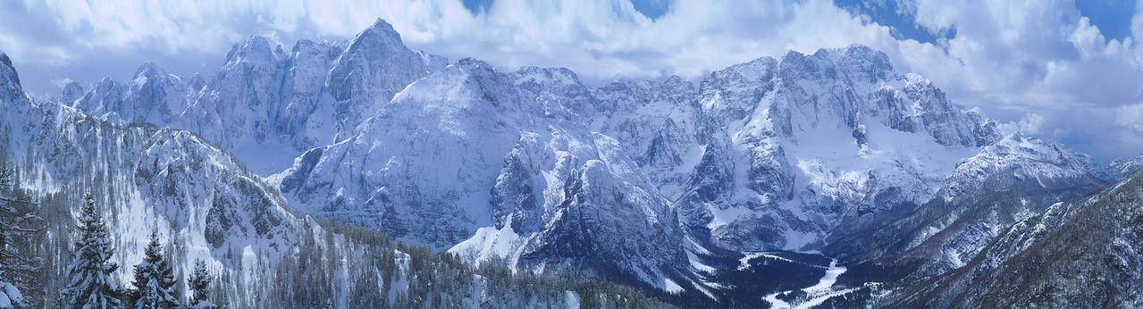 Gruppi dello Jof Fuart e del Montasio (Val Saisera) avvolti dalle nubi - foto n° 080403-43814471