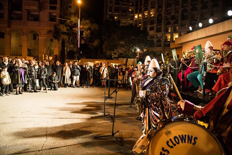 Hver aften modtages publikum af husorkestret Les Clowns en Folie