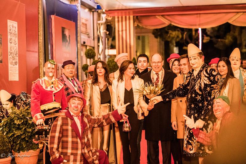 Les Clowns en Folie modtager fyrstefamilien med blomster og musik