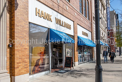 Couple walks near Hank Williams Museum