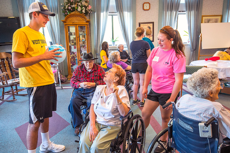 31163 S 0004xx,  l to r kyle markle, nursing, honors, doug bradbury resident, pat john resident, and  kendyle atkins, nursing honors, interact  with residents at sundale nursing home. WVU Honors College student helped residents, as part of Honors Day of Service.