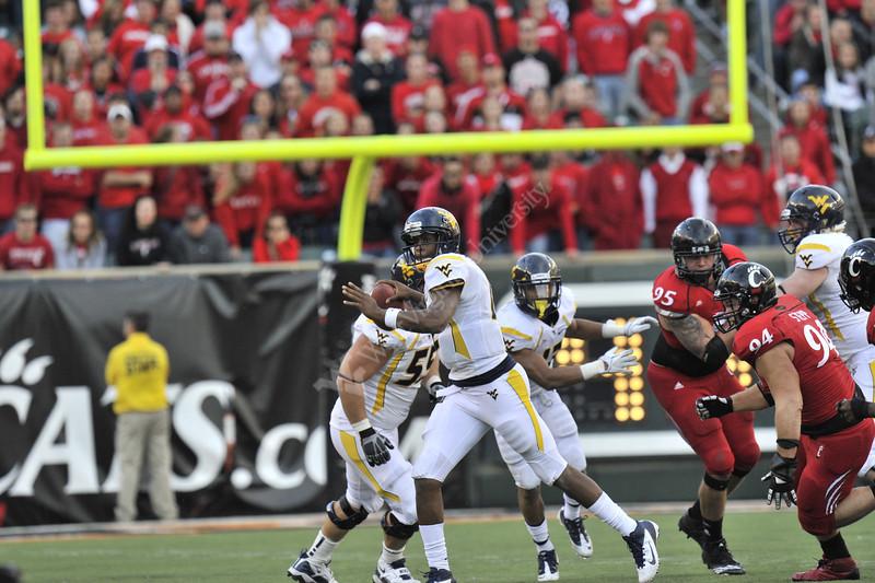 28003 WVU Football vs Cincinnati game action at Cincinnati, November 2011.(WVU Photo/Greg Ellis)