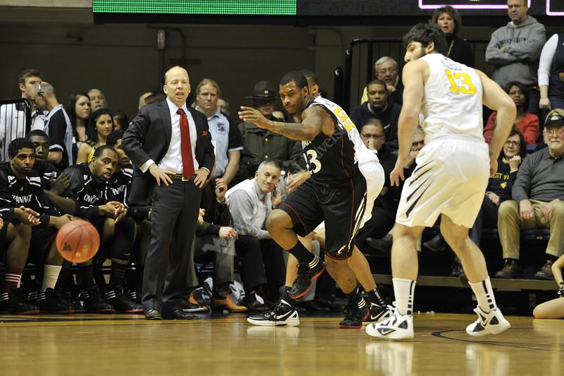 WVU Men's Basketball vs Cincinnati action at the WVU Coliseum January 2012 (WVU Photo/Brian Persinger)