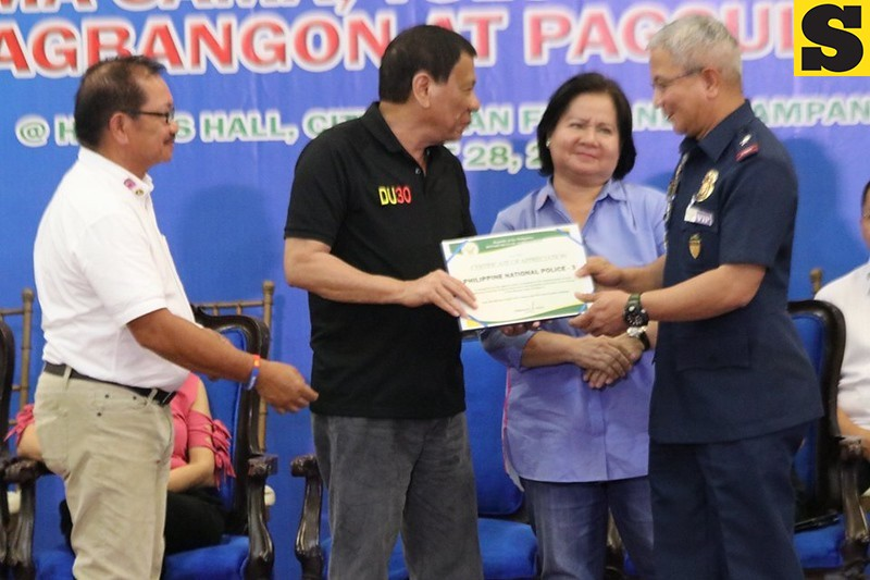 President Duterte with Pampanga Governor Lilia Pineda, Manny Piñol and PDEA-Central Luzon director Aaron Aquino