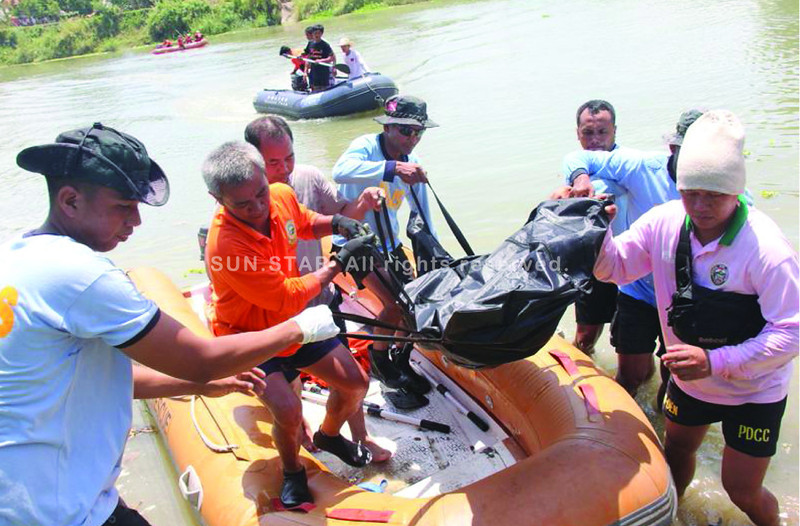 PAMPANGA. Rescue personnel retrieve the bodies of five drowning victims, including three children, along the Pampanga River on Wednesday. (Chris Navarro of Sun.Star Pampanga)