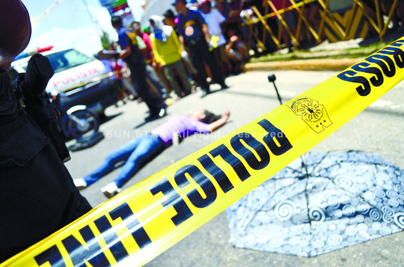 CEBU.  An unidentified man robs a lending firm official and leaves her dead on A.S. Fortuna St., near one of Mandaue's busiest intersections. (Sun.Star Cebu/Alan Tangcawan)