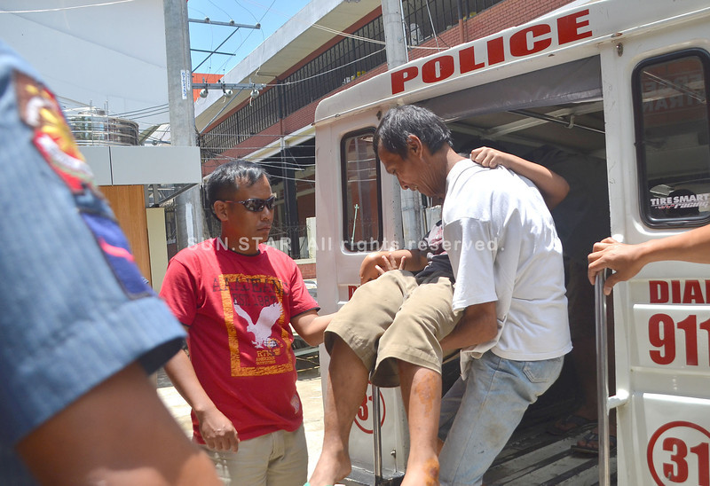 DAVAO. Bata nga nabanggaan sa motorsiklo gikarga sa amahan gikan sa sakyanan sa pulis nga mihatud kanila sa Southern Philippines Medical Center gikan sa Mintal, dakbayan sa Davao kagahapon sa udto. (Seth delos Reyes)