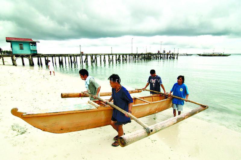 Fishermen in Cebu prepare form storm surge