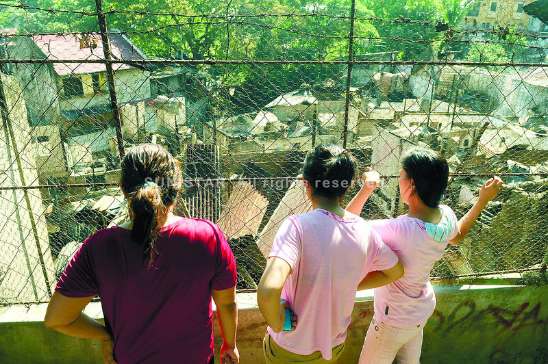 CEBU. Passersby view the ruins of a fi re that hit Barangay Kamputhaw in Cebu City last Sunday night, just hours after Cebu Archbishop Jose Palma encouraged the faithful to draw strength from Christ's resurrection in rising from their own challenges. (Arni Aclao of Sun.Star Cebu)