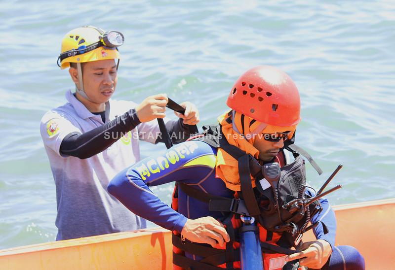DAVAO. Nangandam ang mga sakop sa 911 Urban Search and Rescue team aron mopalawod pagpangita kang Kyla Carungay kinsa nalumos niadtong Dominggo sa hapon sa pantalan sa Sta. Ana, dakbayan sa Davao apan wa gyud nila nakit-i sa lawod sa Davao Gulf. (Seth Delos Reyes)