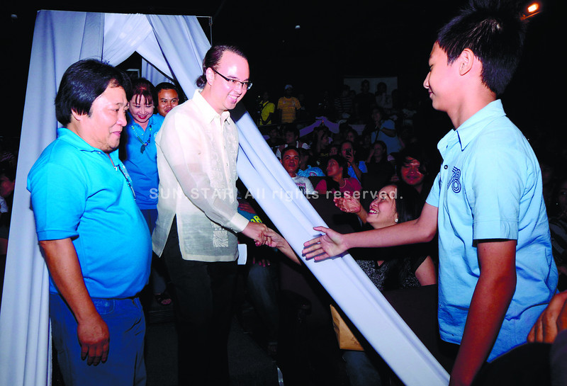 ESTABLISHING TIES. Senator Alan Peter Cayetano admits he has been establishing ties with local politicians after he announced his plan to run for president in the next election. Cayetano (above) was in Cebu last week as the guest speaker of the Cebu News Workers Multipurpose Cooperative Annual General Assembly Meeting. With him is coop chairman Elias O. Baquero (left) of Sun.Star Cebu. (Ruel Rosello)