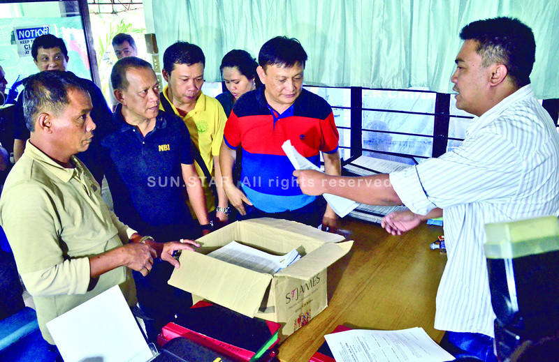 BOX OF COMPLAINTS. Administrative Offi cer Luis Labiaga (right) of the Offi ce of the Cebu Provincial Prosecutor receives a box of documents from the<br /> National Bureau of Investigation (NBI), led by lawyer Ermie Monsanto (in striped shirt), who fi led criminal complaints against fi ve offi cers of the Highway<br /> Patrol Group in connection with the ambush that killed lawyer Noel Archival and two other men nearly two months ago. With them is Councilman Nelson Archival of Talamban, Cebu City (second row, in yellow shirt), the slain lawyer's brother. (SUN.STAR FOTO/AMPER CAMPAÑA)