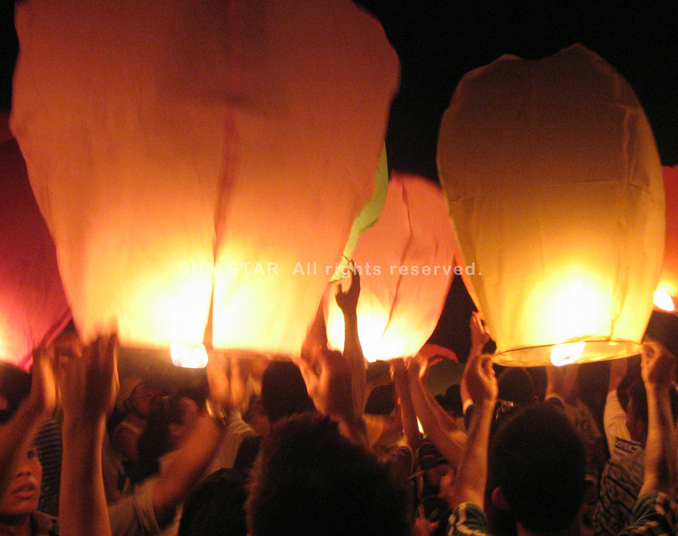 ZAMBOANGA. Participants of the Earth Hour observance release some 500 sky lanterns that lighted up the skies of Zamboanga City during the event on Saturday evening. (Bong Garcia)