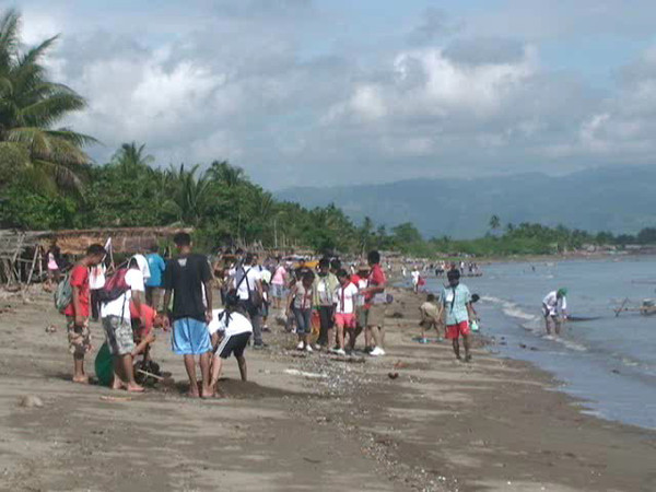 DUMAGUETE. Some of hundred volunteers coming from different parts of the country and abroad join the coastal clean-up drive along the seashore of Bio-os village in Amlan town Wednesday morning. (Victor L. Camion)