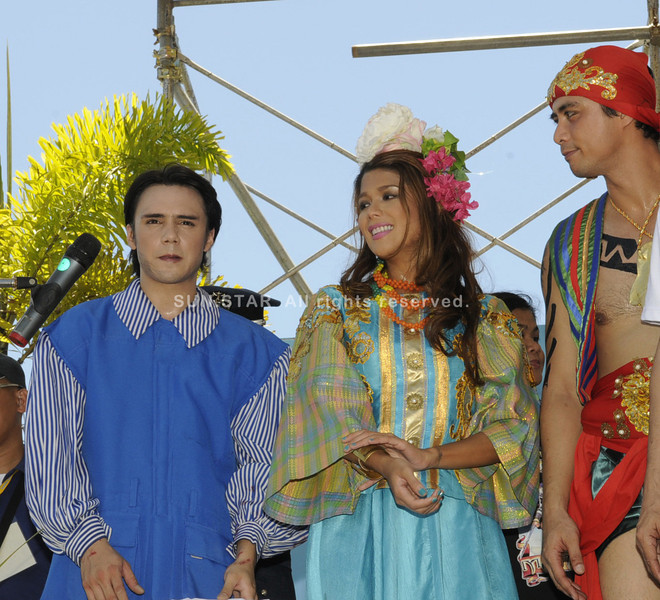 CEBU. The reenactment of the Battle of Mactan was the highlight of Lapu-Lapu City's celebration of Kadaugan sa Mactan. Manila actors (left, from left) Patrick Garcia, Geneva Cruz and Richard Kwan played the roles of Magellan, Lapulapu's wife Bulakna and Lapulapu. (Allan Cuizon)