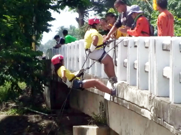 DUMAGUETE. Some students undergo emergency response training at the bridge in Amlan, Negros Oriental Wednesday morning. (Victor L. Camion)