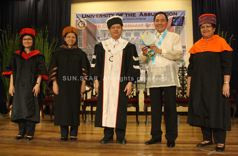PAMPANGA. LGC chairman/CEO and PamCham chairman emeritus Levy P. Laus receives a plaque of appreciation from the UA faculty led by its president Bishop Roberto Mallari after he shared his success story with business graduates during the 47th commencement exercises on Friday. (Jovi T. De Leon)