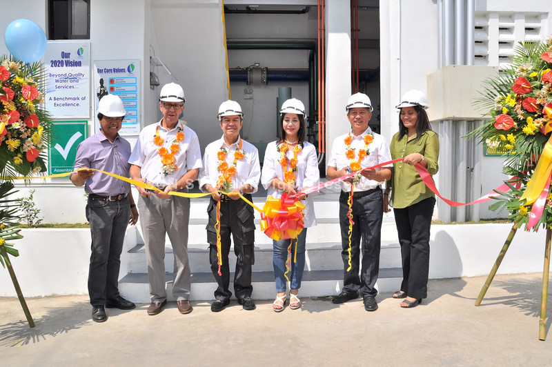 PAMPANGA. Mayor James Gordon Jr. and First Lady Ann Gordon (center) lead the ceremonial ribbon-cutting for the new filtration plant put up by private utility Subic Water and Sewerage Company Inc. (SubicWater). (Anthony Bayarong)