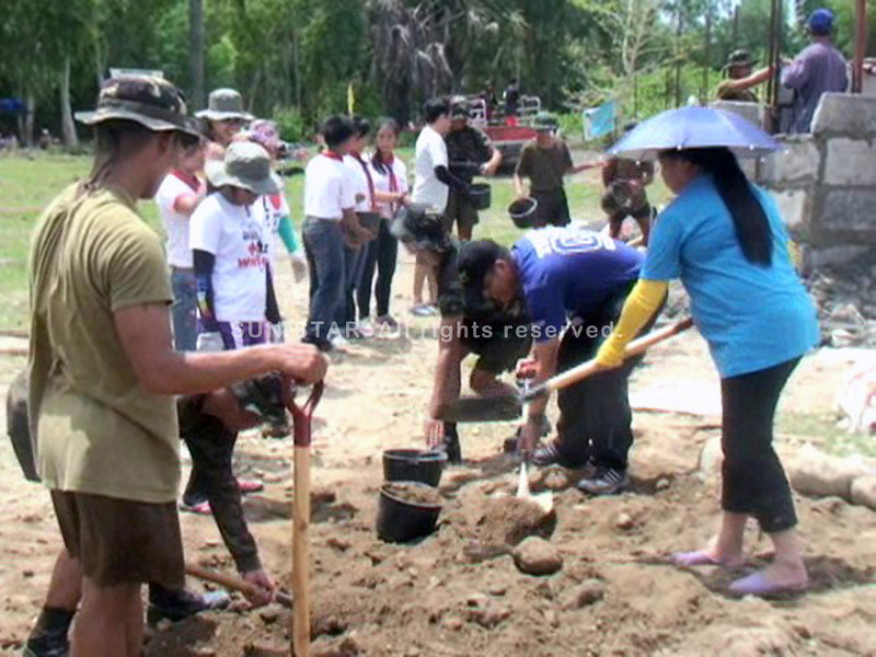 DUMAGUETE. Thousands of Gawad Kalinga and Pilipinas Natin volunteers coming from different parts of the country and abroad help to build houses in Tambojangin village in Amlan town Wednesday morning. (Victor L. Camion)